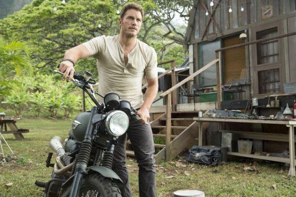 Chris Pratt Reveals Plot Details in Behind the Scenes Footage of 'Jurassic World'