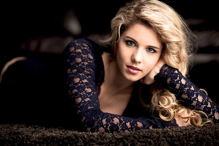 Emily-Bett-Rickards-Arrow