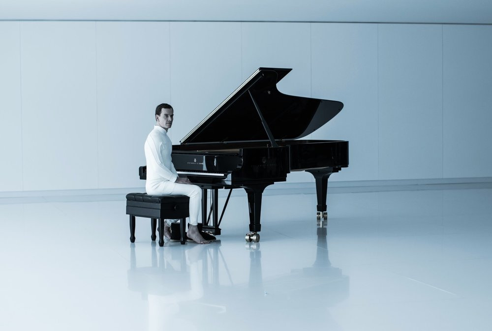 Michael Fassbender Eerily Sits at a Piano as Walter in New ALIEN: COVENANT Photo